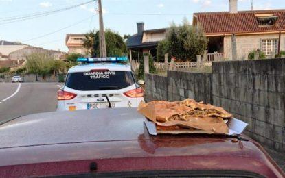 Un conductor ebrio lleva sobre el coche a otro con una empanada en Pontevedra (Galicia)