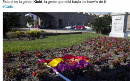 Pablo Iglesias quiere un enfrentamiento entre españoles, tiran y cortan su bandera en Cádiz