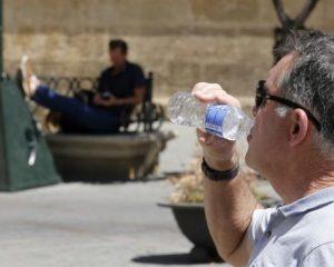 Solo el 13 % de hombres y el 22 % de mujeres beben suficiente agua en España