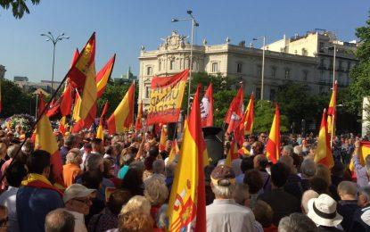 """Cibeles (Madrid) grita '¡Viva España!"""" contra presencia del """"terrorista"""" Puigdemont y separatismo"""