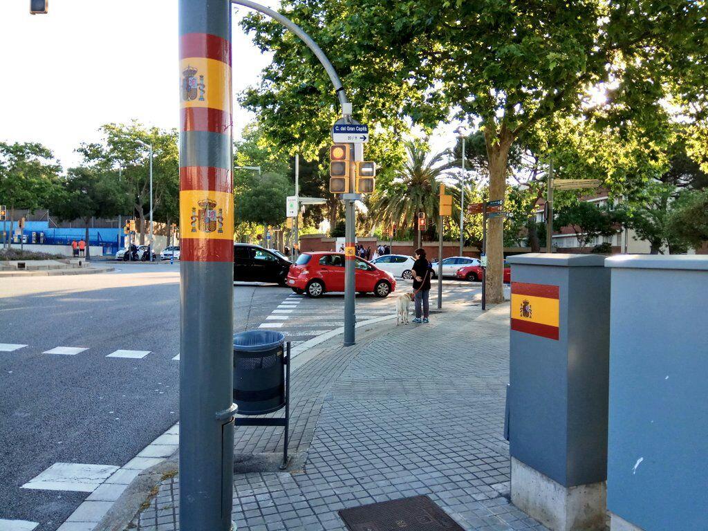 Aparecen banderas de España en varios puntos de la Ciudad de Barcelona (Cataluña)