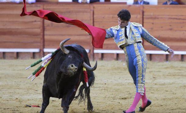 Cayetano Rivera, con dos orejas, sale a hombros en el primer festejo de Jerez de la Frontera
