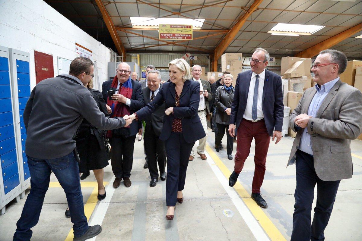Macron ganaría con más del 60% y optimismo en el cuartel general de Marine Le Pen