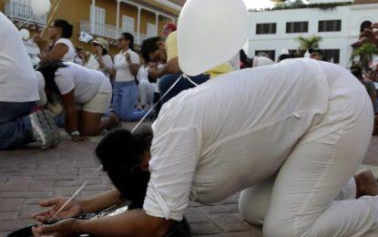 """""""Arrodillatón"""" de cristianos para pedir la cancelación del  Congreso del Porno en Colombia"""