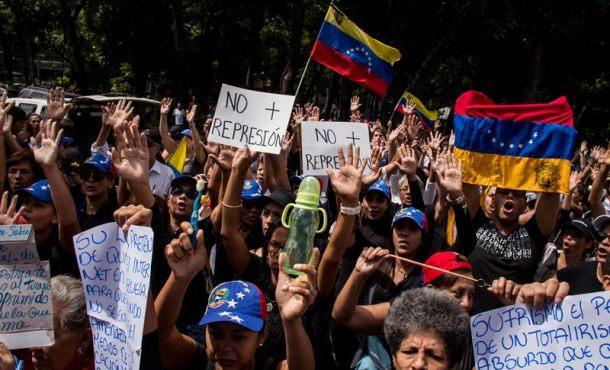 Un grupo de madres opositoras protesta frente a sede militar en Caracas (Venezuela)