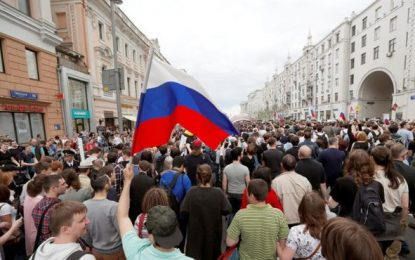 """""""Rusia sin Putin, Putin ladrón"""", clamo de miles de jóvenes con banderas rusas en Moscú"""