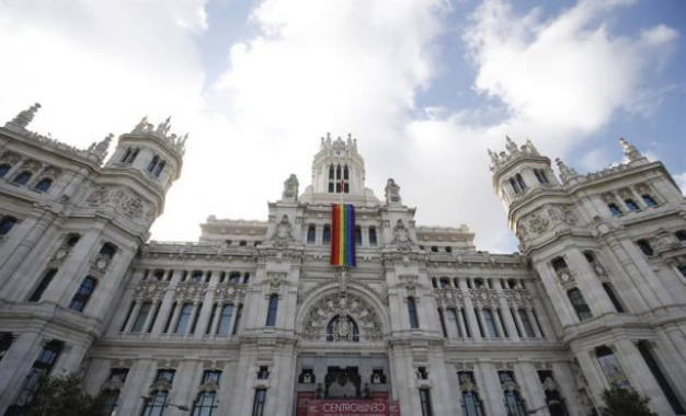 """Carmena despliegue su bandera arcoiris del Orgullo Gay 2017, PP Madrid: Vamos """"a pasarlo bien"""""""