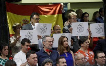 Ondea la bandera de España, Podemos no aplaude al Rey y CDC saca Urna de referéndum