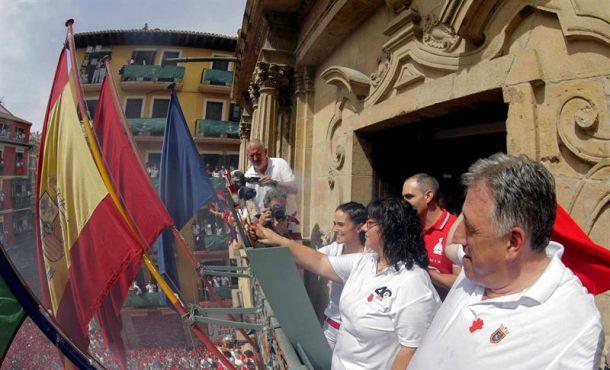 Inicio Sanfermines 2017 en el balcón del Ayto. con la Ikurriña junto a banderas oficiales