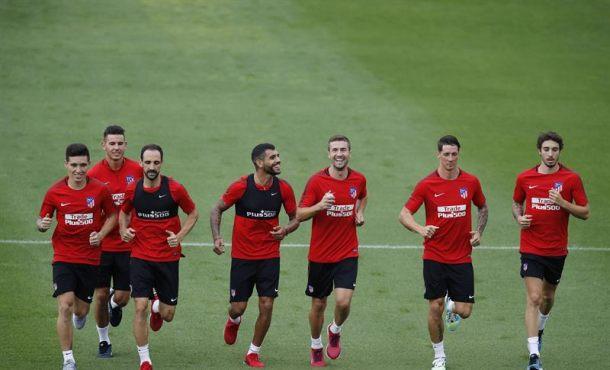 El Atlético inicia la pretemporada con 19 jugadores y sin medio equipo