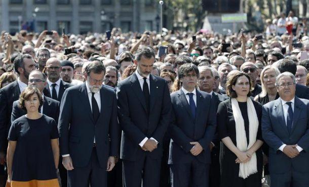 """Más de 100 mil personas gritan """"¡No tengo miedo!"""" en Pl. de Cataluña (Barcelona)"""