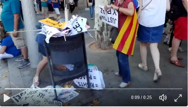 """Una separatista destroza con furia carteles en español amenazando: """"Ojo por ojo todos ciegos"""""""