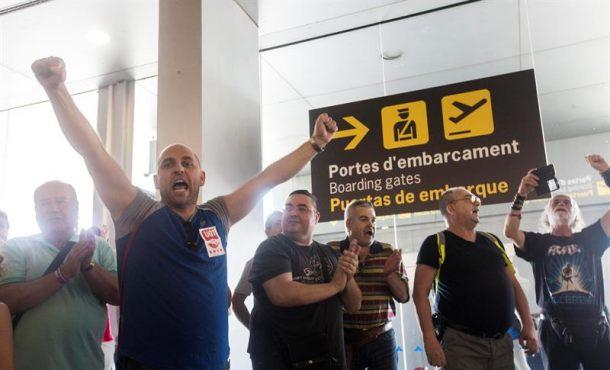 """Catalanes en huelga en aeropuerto de 'El Prado': """"Siempre hemos tenido miedo"""""""