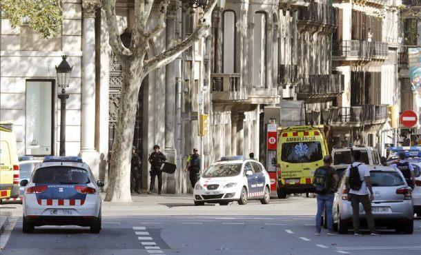 Atropello masivo de Barcelona: Buscan a 2 ocupantes de la furgoneta, 1 escondido en un bar