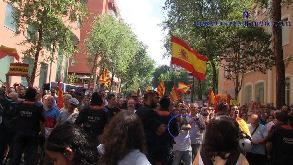Butifarras Catalanas (Corte de Manga) de un catalán a CUP ante el Cuartel de Guardia Civil