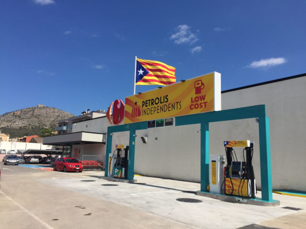 "Carrefour (Cataluña): ""Srs. clientes, les informamos que Carrefour es ajena"" a esto de la foto"