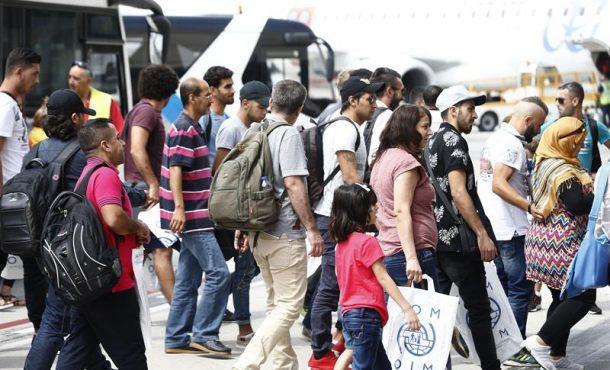 """Rajoy da """"alojamiento"""" gratis y dinero a """"refugiados"""" islamistas a su llegada a España"""