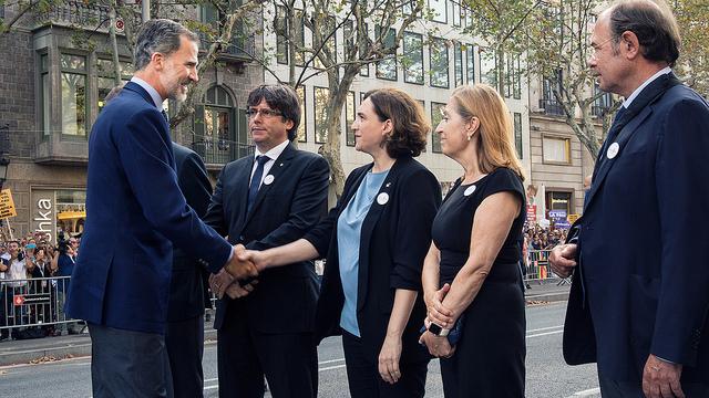 Ada Colau inicia la retirada de objetos de homenaje a las víctimas de los atentados