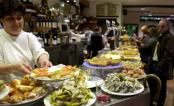 Tapa española: boquerones fritos a la andaluza, morcilla de arroz de Burgos o piquillos rellenos
