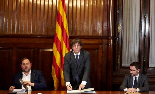 Solo 400 alcaldes del total 947 en Cataluña firman el decreto de apoyo al referéndum (1-O)