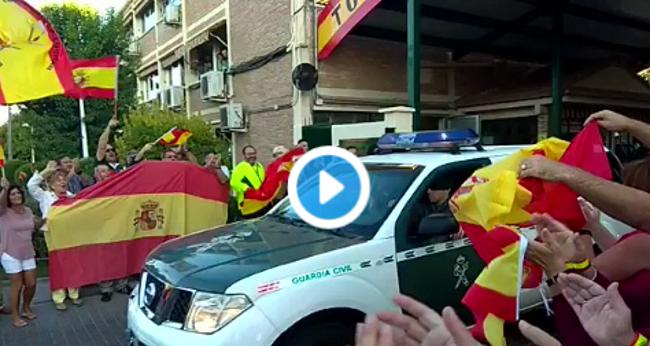 """Castellón despide entre aplausos y """"no estáis solos"""" a la Guardia Civil que viaja a Cataluña"""