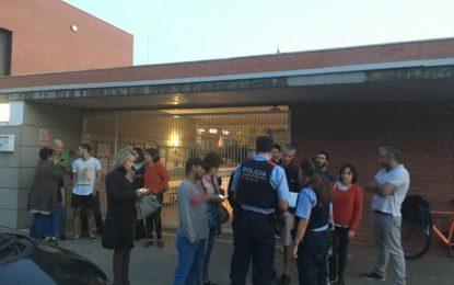 Okupas separatas de colegio electoral de 1-Oen Manlleu abandonan ante tiros de balines