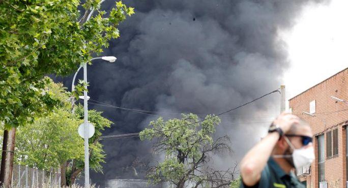 Piden a vecinos madrileños de Griñón, Humanes y Moraleja (Madrid) no salir por nube tóxica