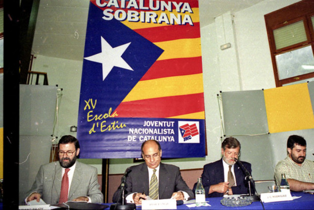 Rajoy y el PP posaron con una bandera separatista catalana 'Estrellada' en Planolas (Gerona)