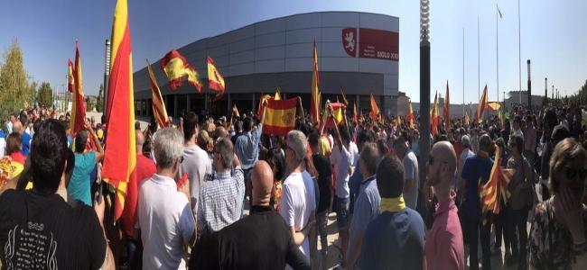 Zaragoza se moviliza y rodea a Podemos con banderas de España contra el 1-O separatista