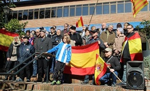 Unos de los asistentes junto al padre catalán, Miguel Bosch Sánchez, hoy ante la consejería de Enseñanza de la separatista excluyente, Irene Rigau. Foto Azanméné Ngabgué. Lasvocesdelpueblo.