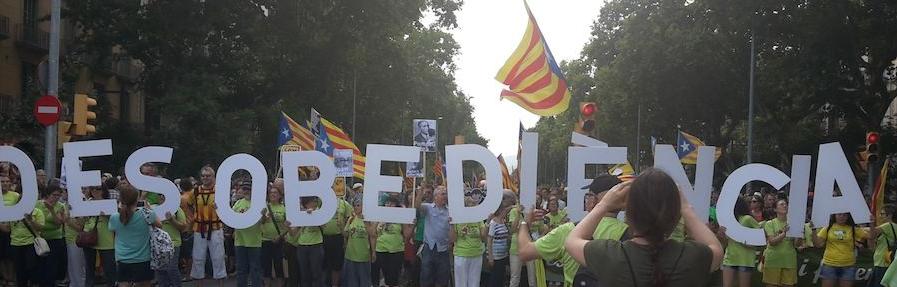 Manifestantes de Som Escola, entidad de Ómnium Cultural de Muriel Casals Couturier, reclamando 'desobediencia' al TSJC el pasado 14 de junio 2014 en Barcelona. Lasvocesdelpueblo