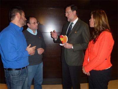 Manel Parra entregando el Corazón a Presidente del gobierno, acompañado de Alicia Sánchez Camacho