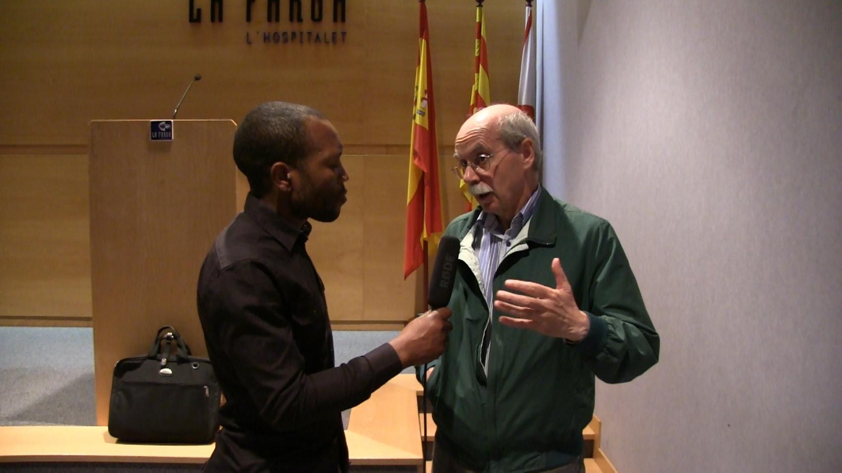 Pío Moa durante la entrevista en la sala de actos del Centro Comercial *La Farga* de Hospitalet en Barcelona. [foto - joseph , las voces del pueblo]