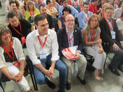 Miquel Iceta arropado por Pedro Sánchez, secretario general del PSOE en la derecha y por Carme Chacón en la Izquierda, exministra de del gobierno de España. [foto EuropaPress]