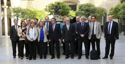 Artur Mas en el centro, Carles Viver Pi-Sunyer a su Izquierda, Francesc Homs en  la extrema derecha en foto de familia con los miembros del órgano separatista asesor para la fractura de España. Foto CATN