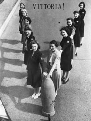 Mujeres y jóvenes hitlerianas haciendo la *V* en una propaganda Nazi