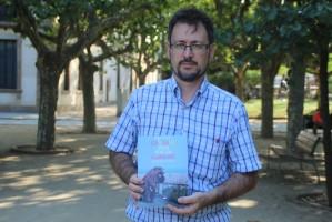 Ángel Puertas presentando su obra durante la entrevista - Foto Joseph - L. Voces Del Pueblo