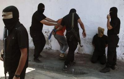 Brigadas Ezedin al Qasam a punto de matar a civiles palestinos - foto reuters