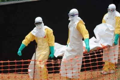 Personal de Médicos Sin Fronteras cuidando a enfermos de Ébola