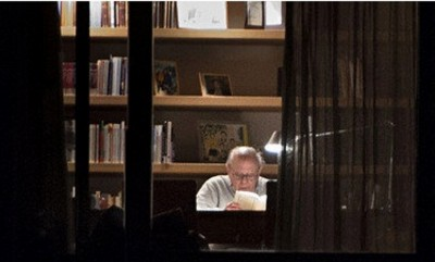 """""""El muy honorable presidente separatista catalán"""", Jordi Pujol Soley, en el despacho de su escondite en Francia, fotografiado de noche, desde la ventana. Foto Roger Vilallonga"""