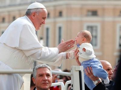 El Santo Padre, Francisco, mostrando su cariño a la humanidad - parando su coche y bendiciendo a un bebé-. Foto archivo Vaticano