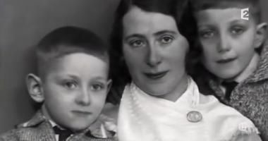 su madre en el centro y su hermano a la izquierda - Foto