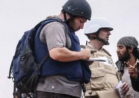el fotógrafo periodista estadounidense Steven Sotloff (Centro con casco negro) habla a los rebeldes libios