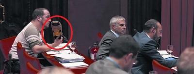 David Fernández (CUP) amenazando con una sandalia a Rodriguez Rato del PP, expresidente de Bankia