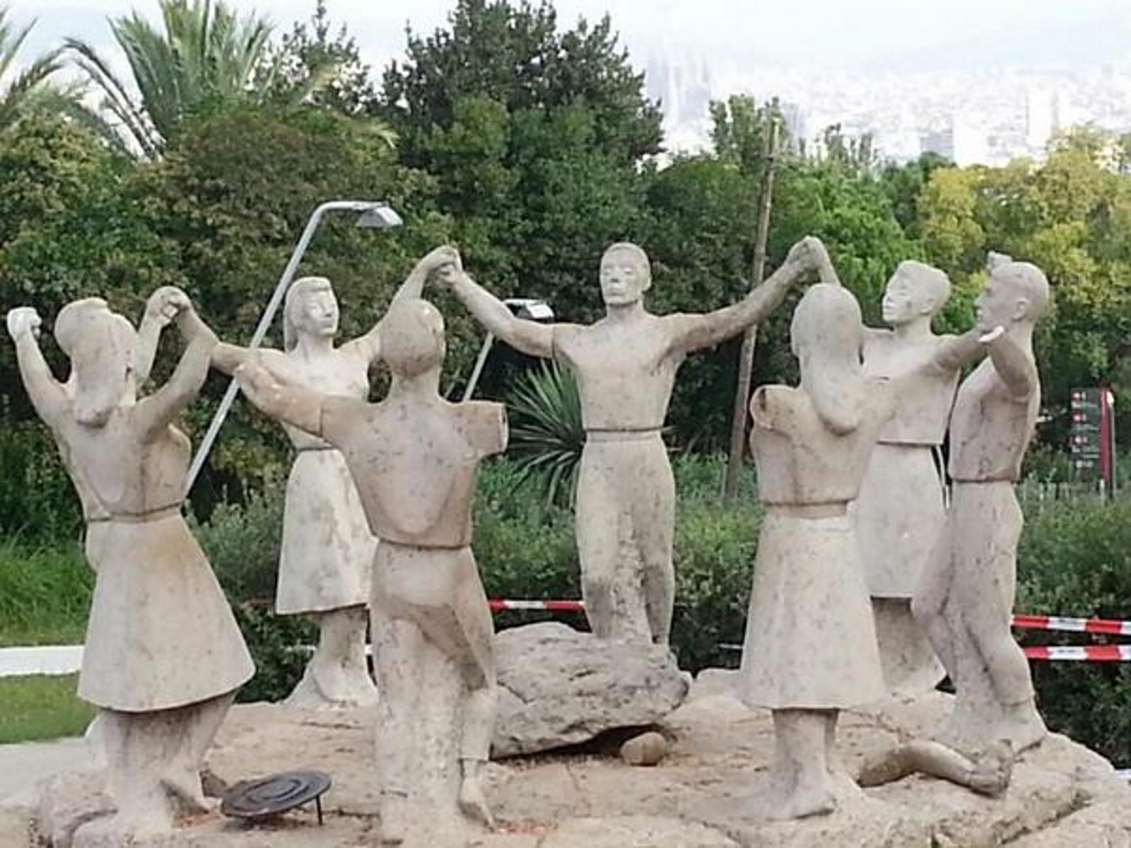 Presuntos separatistas mutilan sin piedad los brazos del monumento de Sardana en Montjuic
