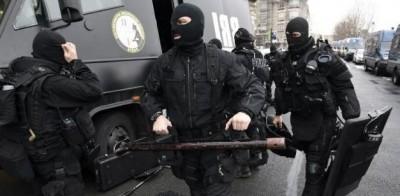 Agentes de los grupos de intervención preparan sus equipos antes de salir de la sede central de la policía en París, este jueves 8 de enero, AFP