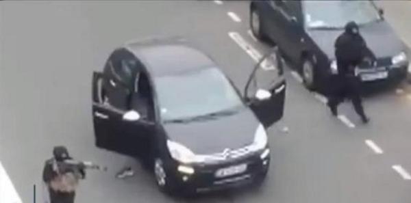 Asesinos terroristas  encapuchados matando a Policía en su huida tras asesinar en Charlie Hebdo