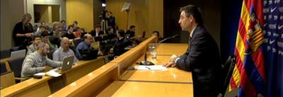 El presidente de FC Barcelona, Josep Maria Bartomeu, abandonando en rueda de prensa