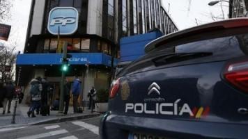 Coche de patrulla de Policía frente a  la sede del Partido Popular /foto José Ramón Ladra