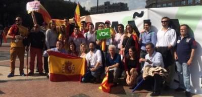 Foto familia VOX Barcelona, el pasado 12 de octubre 2014, Pl. de Cataluña